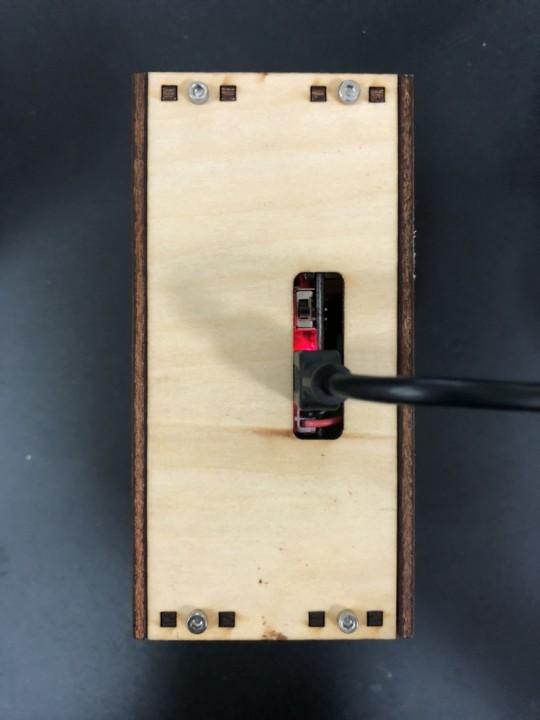 紅綠燈中的 Mbitbot mini 充電時亮起紅色的指示燈
